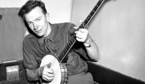 Pete Seeger and his banjo. (debsquickpicks.com)